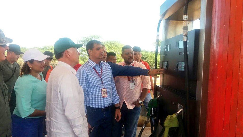 Arias supervisó venta de gasolina en pesos en la frontera de Paraguachón