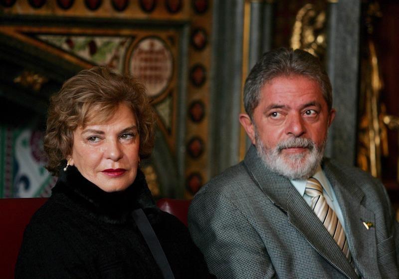 """La esposa del expresidente Lula continúa """"estable"""" y en coma inducido"""