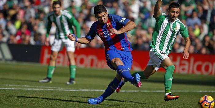 Luis Suárez salva al Barcelona y le da un empate con el Real Betis