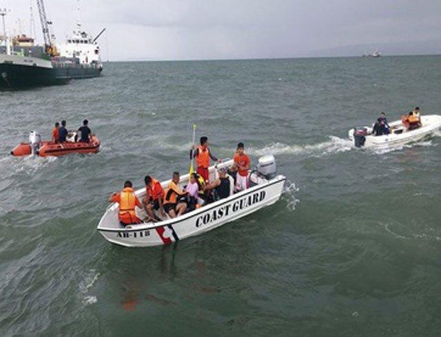 Rescatan a 27 personas del naufragio de un barco turístico en Malasia