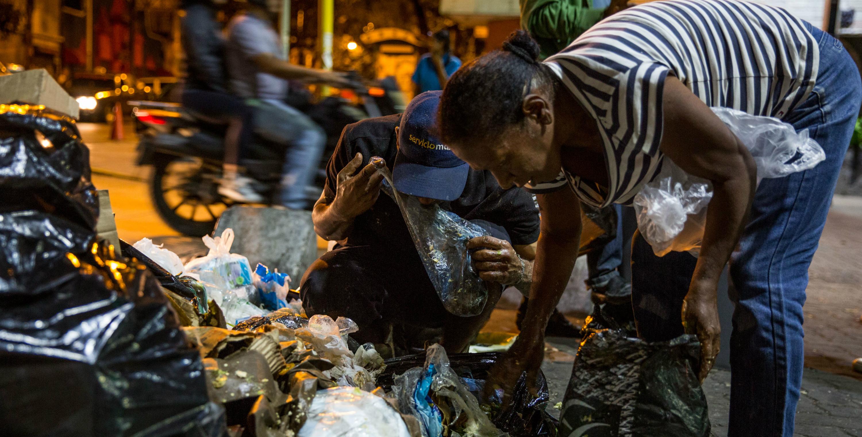 venezolanos-comiendo-basura-2