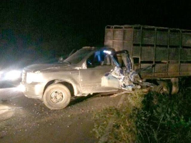 Mueren dos hermanos tras choque de un camión y una camioneta en Machiques