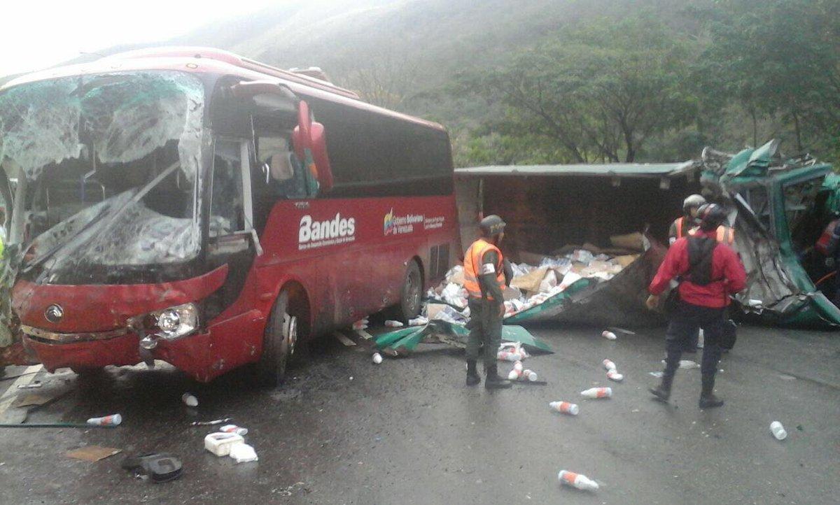 Dos fallecidos y 11 lesionados por accidente en la Autopista GMA