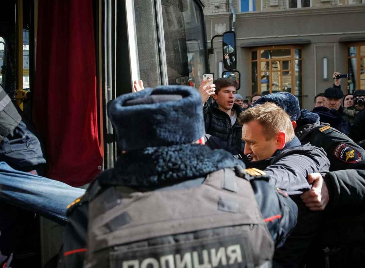 Opositor ruso Navalny es detenido en una manifestación en Moscú