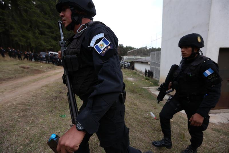 """Rescatan a los rehenes que se encontraban en manos de """"pandilleros amotinados"""" en correccional de Guatemala"""