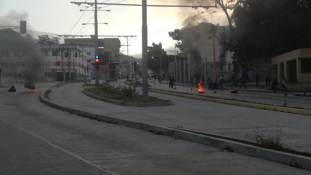 Suspendidas las clases en la ULA esta tarde tras disturbios causados por encapuchados