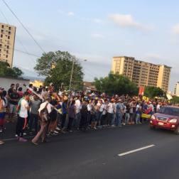 Desde el inicio de la actividad pautada para las 5 de la tarde, ya se encontraban en las adyacencias de la avenida Intercomunal de Macuto, a la altura de la entrada de El Teleférico, grupos afectos al oficialismo