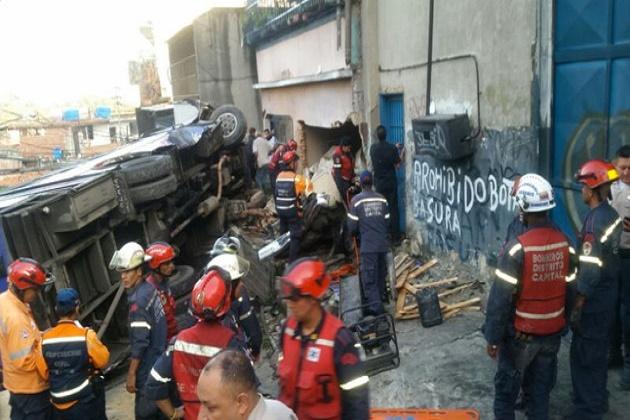 4 muertos y al menos 10 heridos tras vuelco de una buseta en Petare Distrito Capital – DiarioRepublica.com