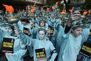 Activistas-marchan-contra-Trump-en-Londres-vestidos-de-estatua-de-la-Libertad-version-final-320×260.jpg
