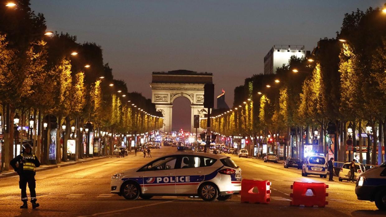 Un policía muere durante tiroteo en los Campos Elíseos de París
