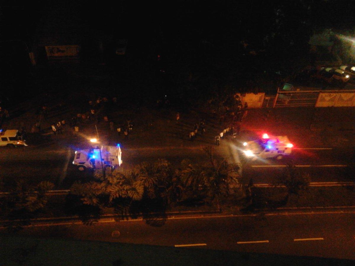 AFP: Fuertes disturbios y saqueos en otra noche de violencia en Caracas