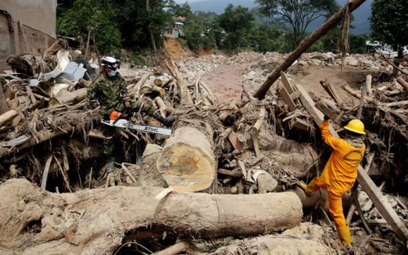 Asciende a 320 el número de muertos por avalancha en Colombia