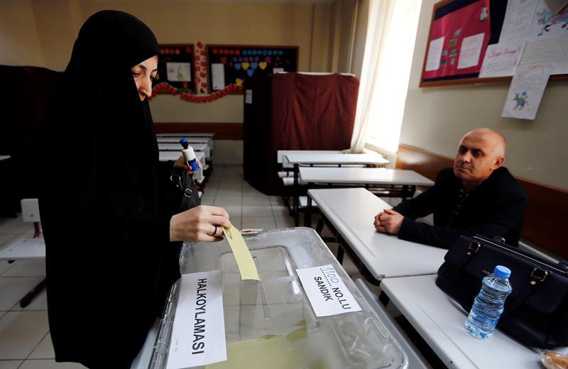 Cierran últimos colegios electorales en comicios para referendo de Turquía