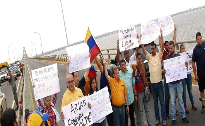 Diputados de Primero Justicia protestaron en puente sobre el Lago