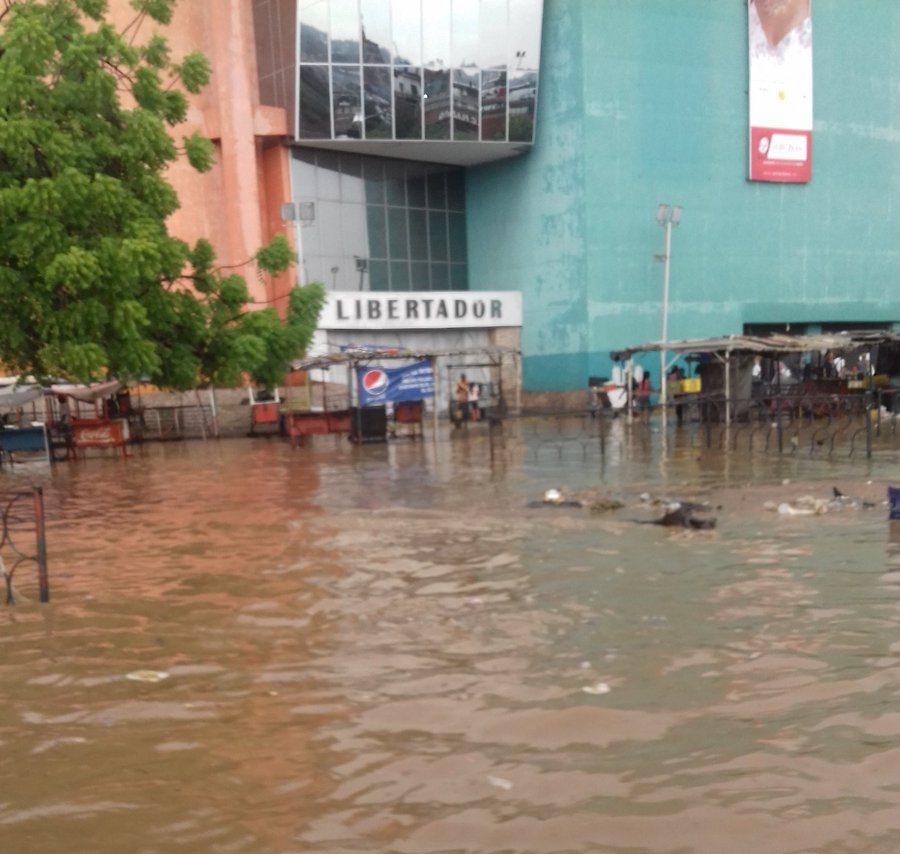 El centro de Maracaibo quedó bajo las aguas (Fotos)