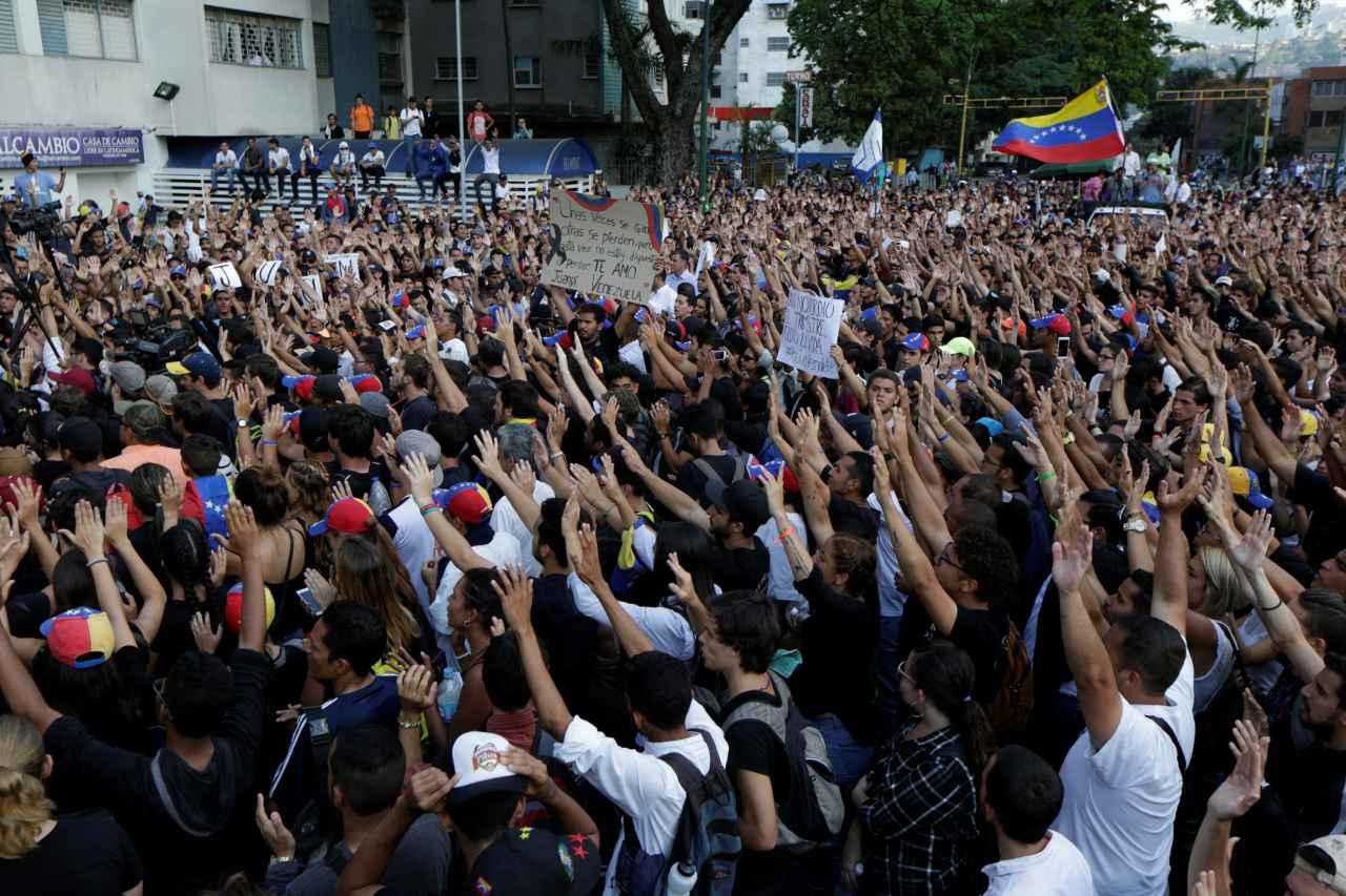 2017-04-27T213025Z_1537290663_RC137C2661C0_RTRMADP_3_VENEZUELA-POLITICS.jpgx71671