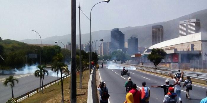 +FOTOS| Disuelta manifestación opositora tras batalla en autopista con fuerzas policiales