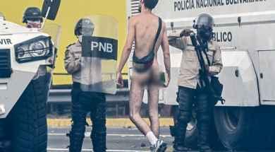 Hans-Wuerich-hombre-desnudo-protesta-2.jpgx71671