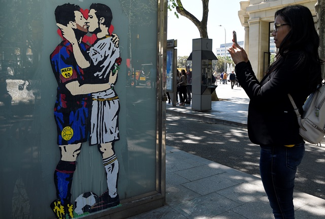 Messi y Cristiano se besan en un grafiti antes del Clásico