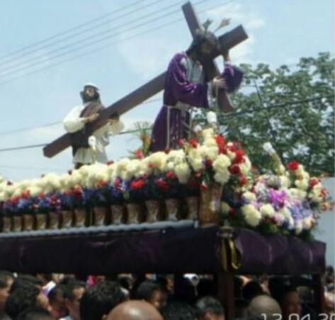 Nazareno de San Pablo realiza su recorrido acompañado de su feligresía