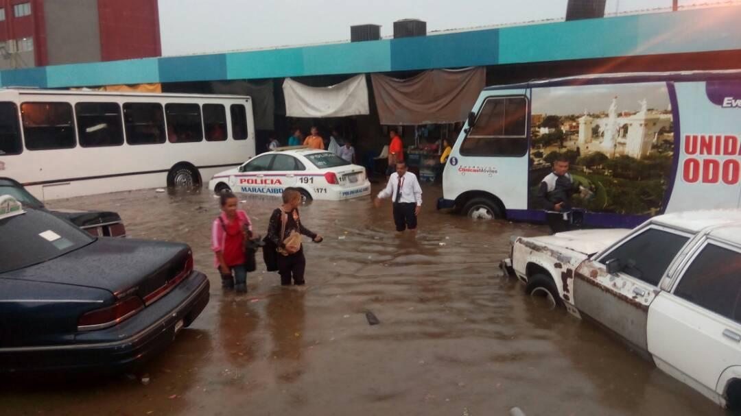 Protección Civil y Bomberos de Maracaibo atienden zona afectadas por las lluvias