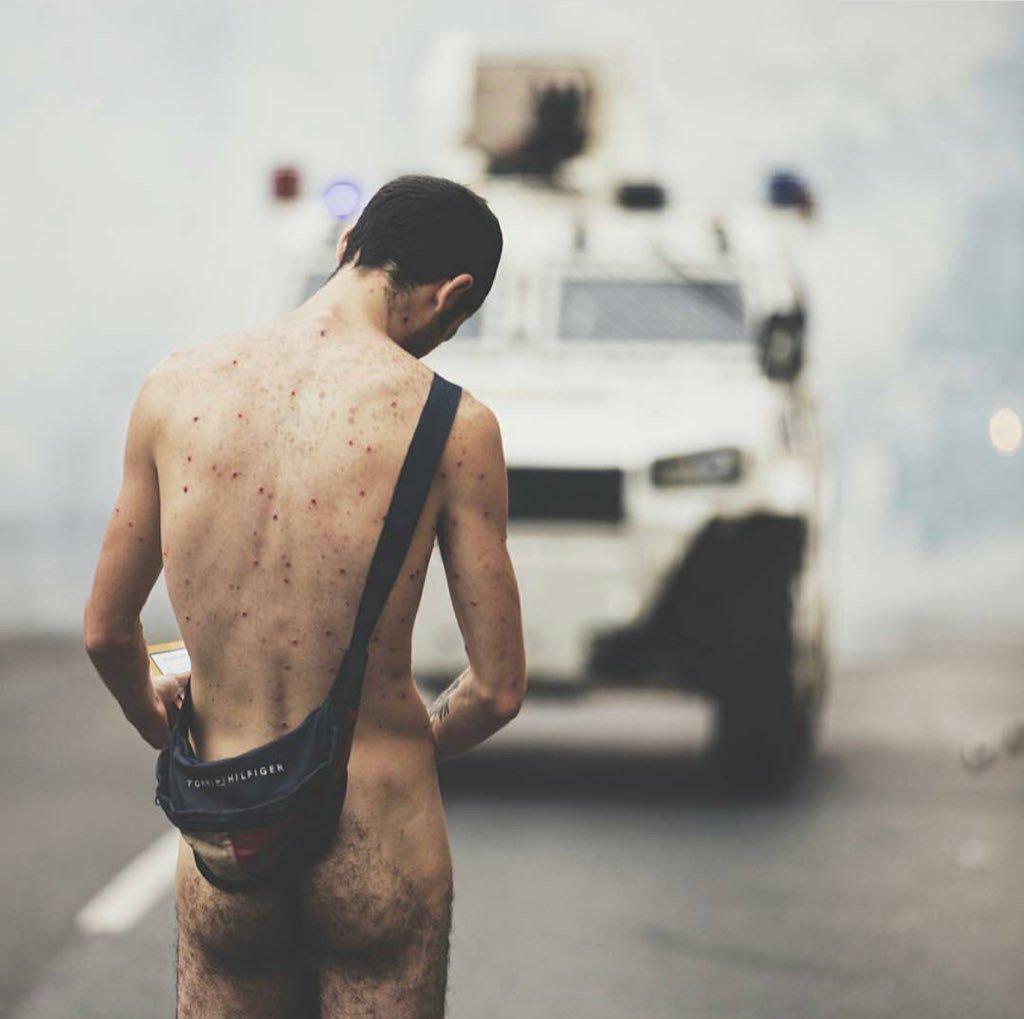¿Y LA MORAL? Así se burló Maduro del opositor que se desnudó en protestas del 20A (VIDEO)