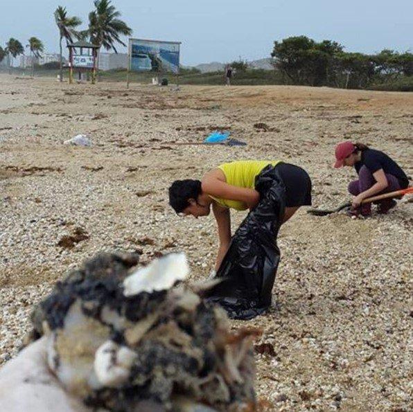 Proteccionistas recogen restos de crudo en playa La Caracola, Margarita. Foto: Instagram/@conbive