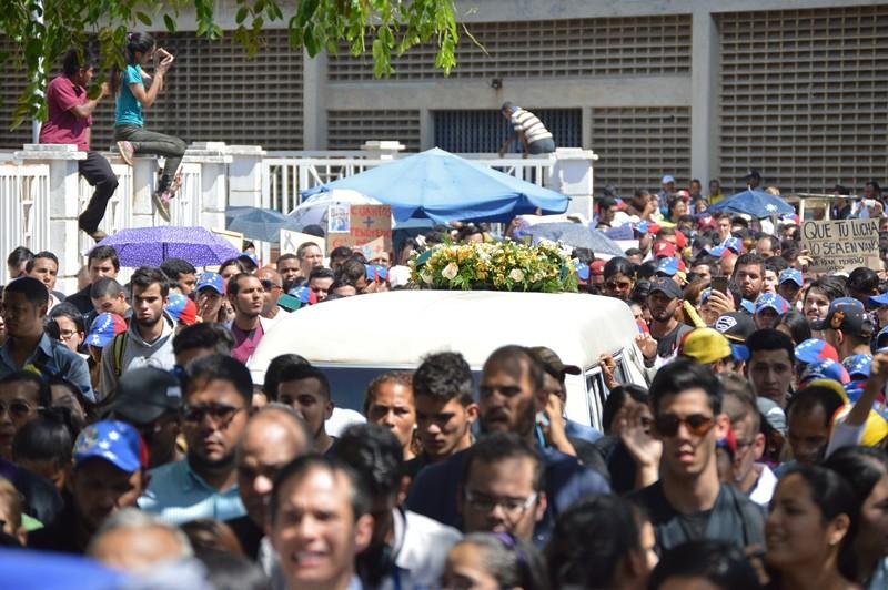 EN FOTOS: Con honores, familiares, compañeros y autoridades universitarias, despidieron a Paúl Moreno, socorrista de LUZ – DiarioRepublica.com