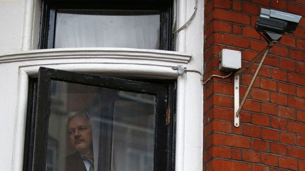 Francia podría intermediar por asilo político de Julian Assange