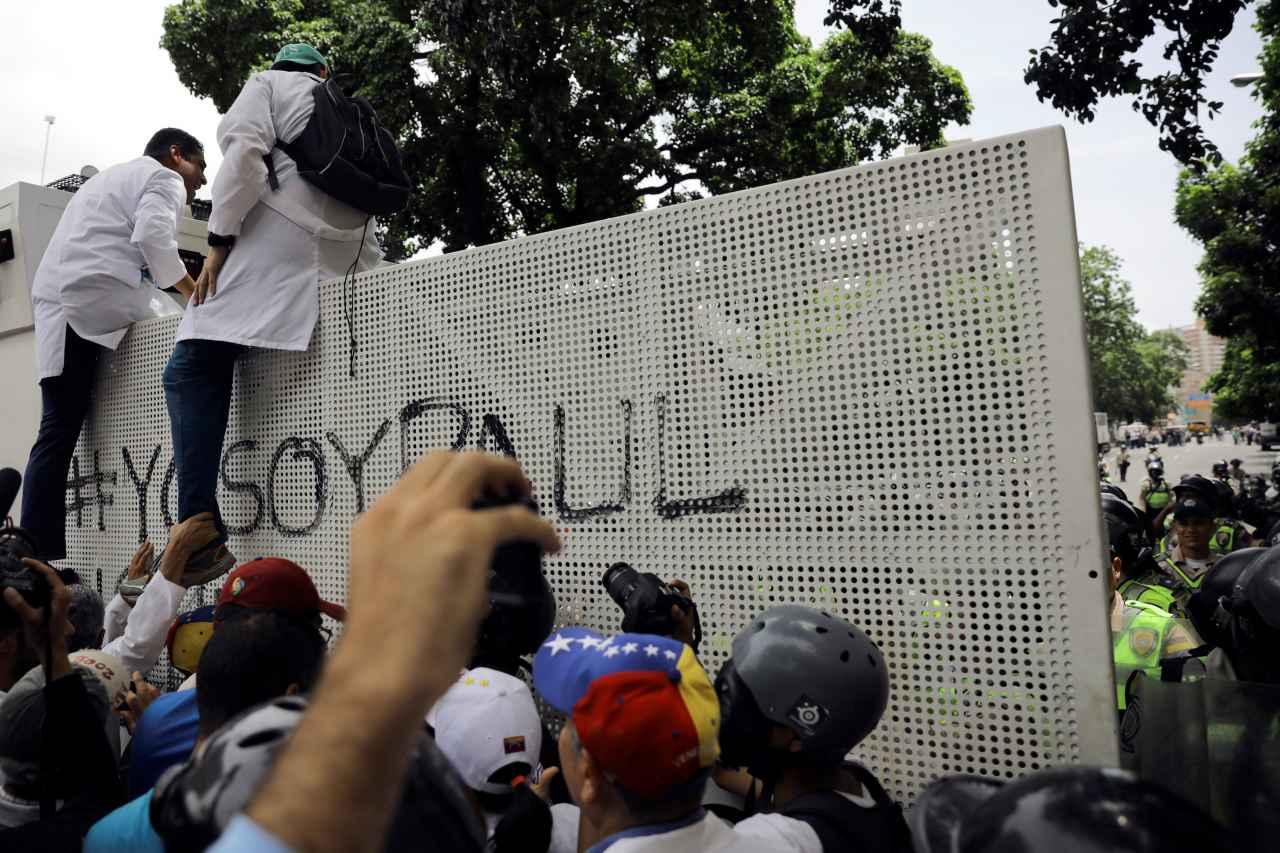 2017-05-22T213116Z_714265653_RC1B49897700_RTRMADP_3_VENEZUELA-POLITICS.jpg