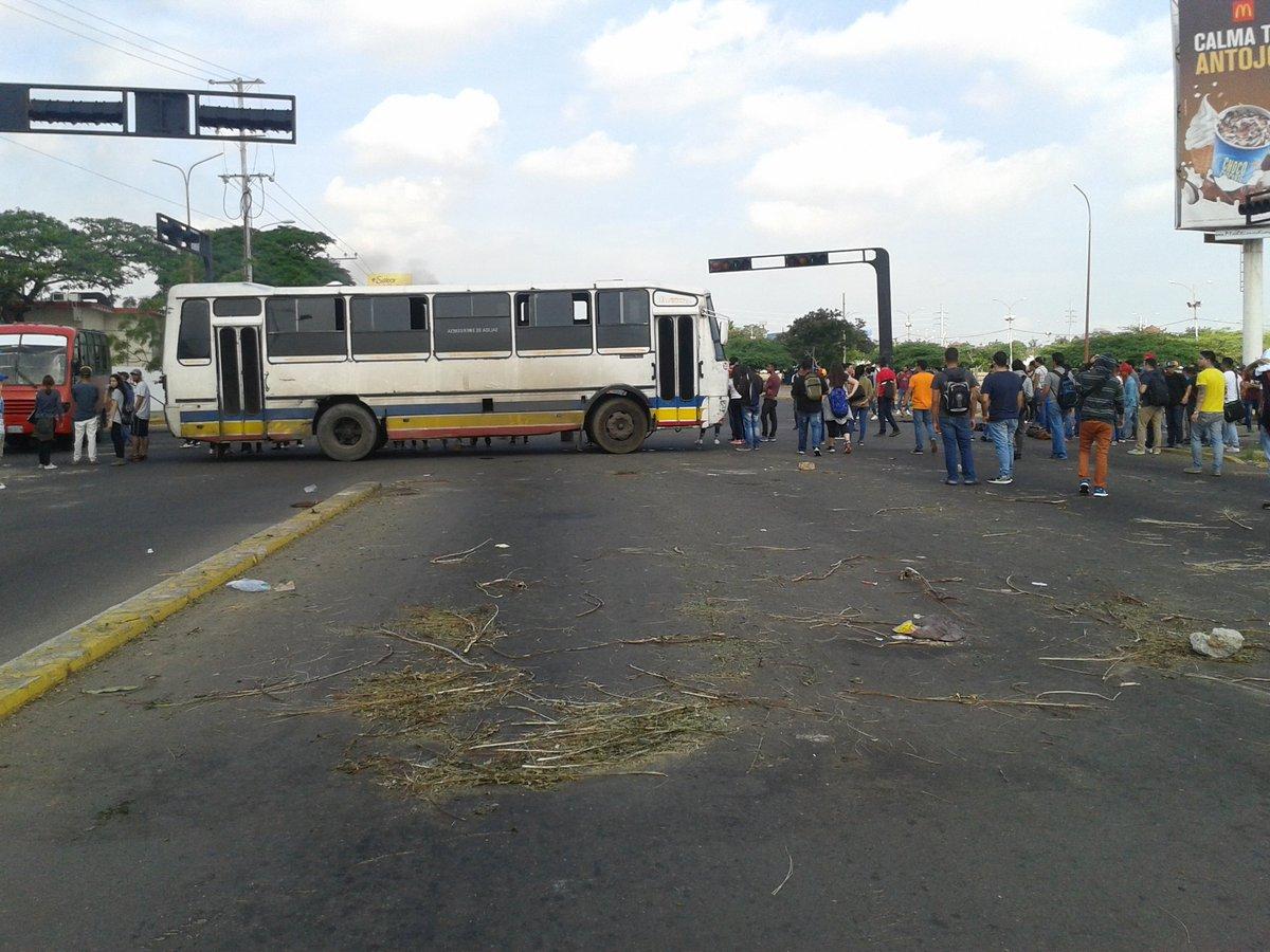 Manifestantes cierran el paso a Urbe