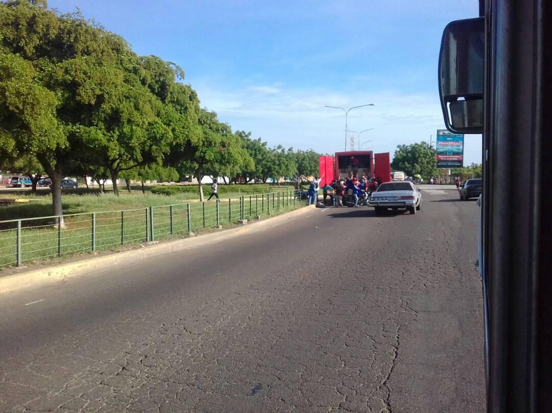 Saquean camión de licores en la Pasarela de Humanidades de LUZ