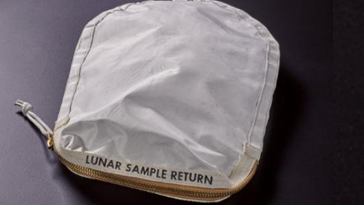 Una bolsa con restos de polvo lunar será subastada por más de 2 millones dólares