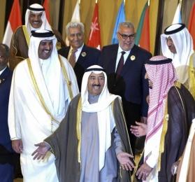 Kuwait se ofrece a mediar en la crisis de Catar con siete países árabes