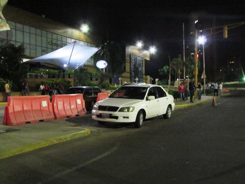 """Por una mujer """"prepago"""" habrían asesinado al taxista frente a Lago Mall: Sicario le """"vació la pistola"""" en el pene"""