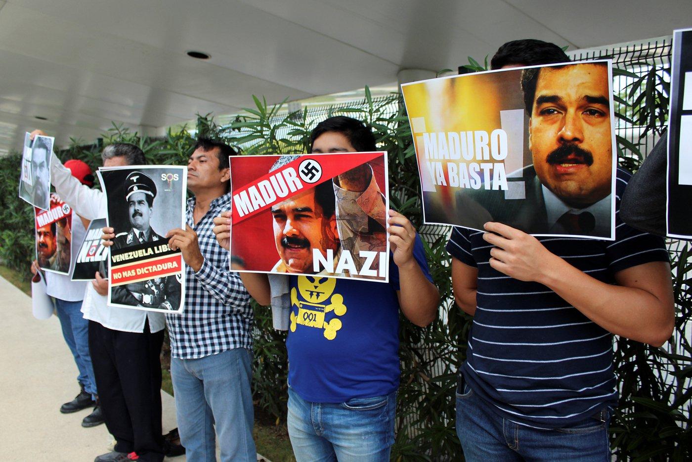 Carteles a Maduro en México / REUTERS/Ivan Alonso