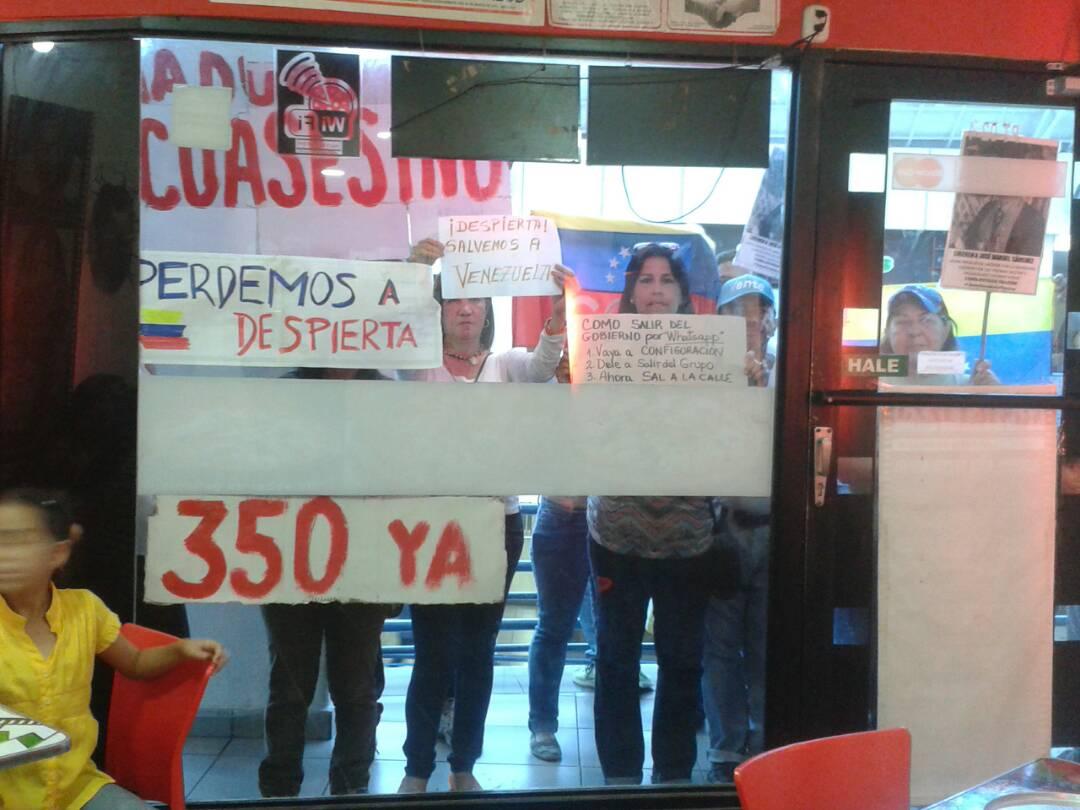 4-con-pancartas-solicitando-la-aplicacion-del-350-recorrieron-el-centro-comercial.jpg