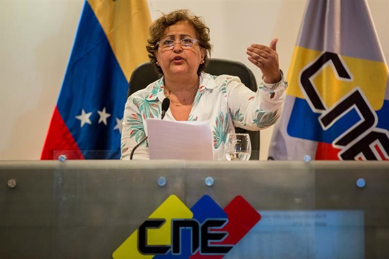 Tibisay-Lucena-rectora-del-CNE-anuncia-validacion-de-firmas-Foto-EFE.jpg