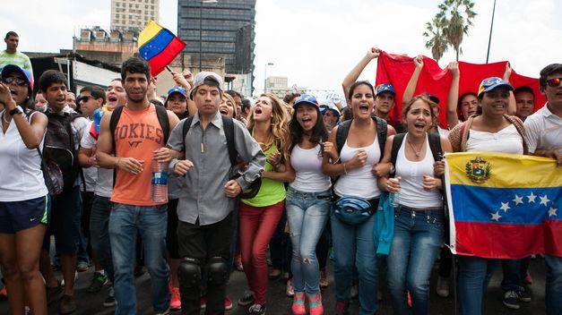 decenas-heridos-marchas-opositoras-Venezuela_TINIMA20140213_0034_5.jpg