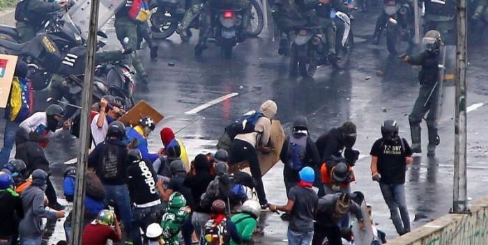 GNB-disparando-en-Altamira-Foto-@LicLauraRangel-700×352.jpg