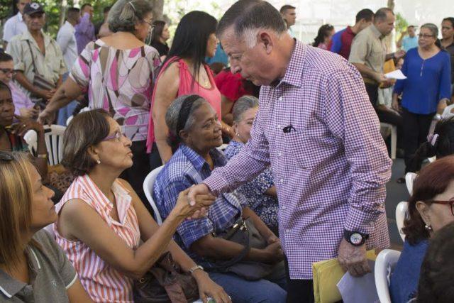 Arias Cárdenas otorgó más de 100 millones de bolívares en ayudas sociales a 71 familias e instituciones del estado