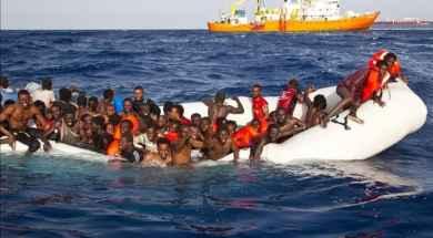 momento-que-varios-inmigrantes-son-rescatados-lunes-alta-mar-cerca-costa-italiana-1460986340221.jpg
