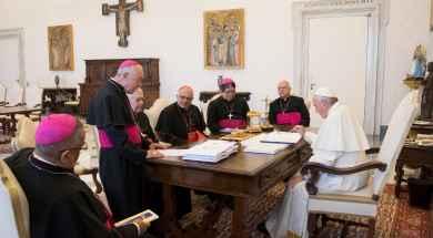 Conferencia-Episcopal-Venezolana-en-el-Vaticano-entregan-documento-al-Papa.jpg