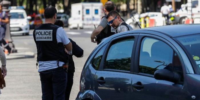 +VIDEO| Hombre armado embiste unidad policial en París sin dejar heridos