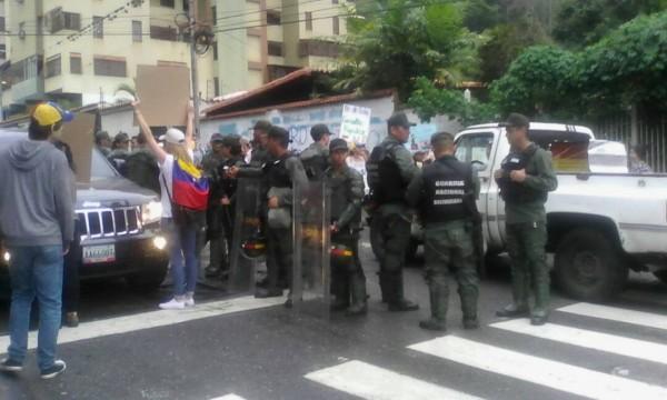 Efectivos de la GNB muy cerca de los manifestantes