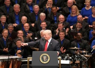 Trump tuitea el Día de la Independencia un video de un coro cantando su eslogan