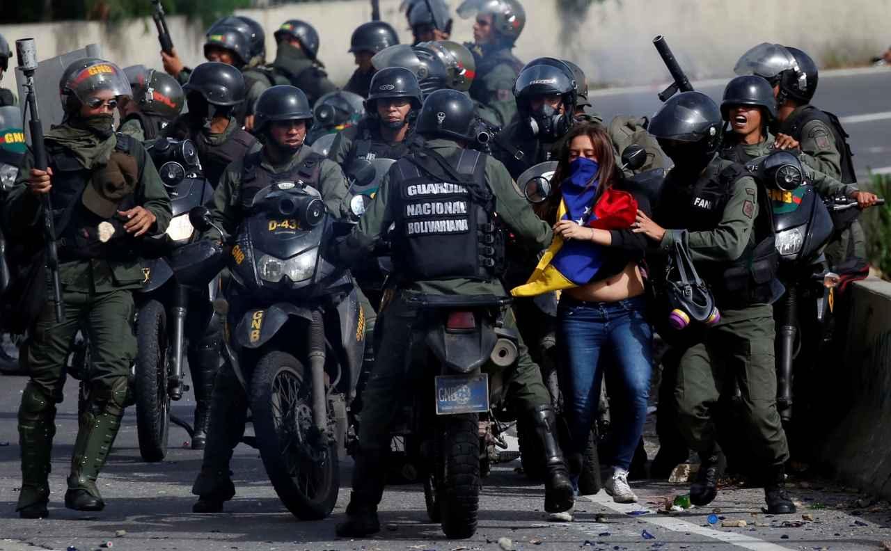 20 in-efectivos de la GNB para detener a la mujer que patearon por la espalda en la moto (FOTO)