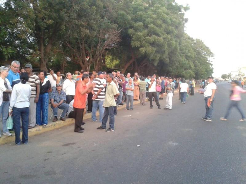 """Bajo una lluvia de piedras comienza votación en el colegio Fe y Alegría """"La Chinita"""" en Maracaibo"""
