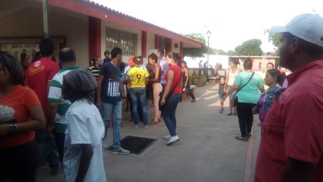 Así está la cola a esta hora en el colegio La Chinita (Fotos)