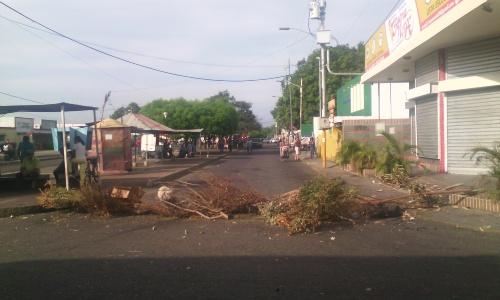"""Cerraron principales vías del municipio Jesús Enrique Lossada por el """"trancazo"""" de este lunes"""